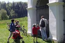 Jednotlivá zastavení římovské křížové cesty navštěvují  poutníci i turisté. Ale aby bylo co navštěvovat...