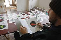 Roman Týc, autor slavné záměny panáčků na semaforech, tvoří rád v Egon Schiele Art Centru.