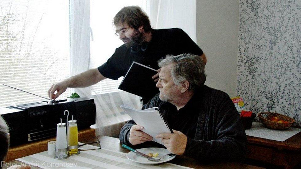 Režisér Tomáš Binter z Českých Budějovic natočil film 100x nic (na snímku s Janem Kačerem) a podílel se na klipu k Písni práce od skupiny Buty.