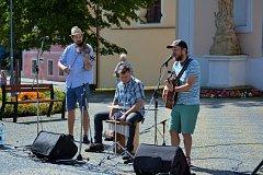 V sobotu dopoledne vystoupila na vltavotýnském náměstí skupina Láďa Latka trio.