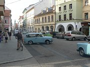 Trabanty maďarských turistů v českobudějovické Krajinské ulici při výletě po Evropě. Vozy v dokonalém stavu budily velkou pozornost kolemjdoucích.