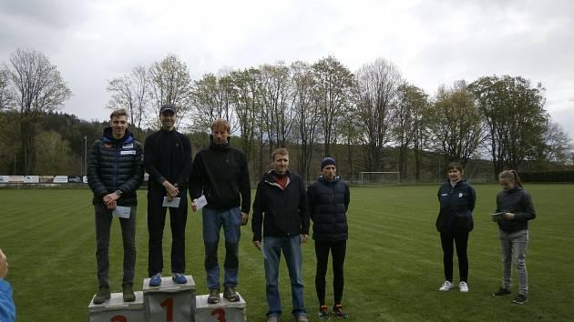 NEJLEPŠÍ MUŽI. Zleva druhý Jiří Csirik, vítěz Petr Minařík, bronzový Jan Šneberger, Martin Frelich a Jan Bláha. Mezi ženami byla nejlepší Tereza  Chlupová.