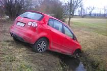 Auto v potoce u Nemanic.