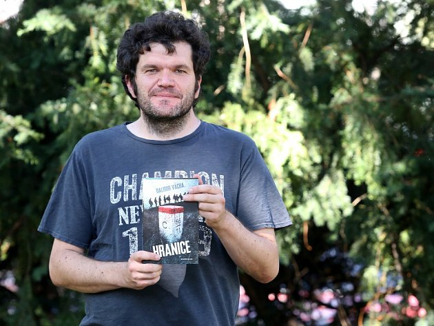 Román Hranice napsal historik Dalibor Vácha (35) o československých vojácích v bitvách o Kyjev a o Duklu. Vyprávění je syrové, ale pravdivé, napájené ze vzpomínek pamětníků.