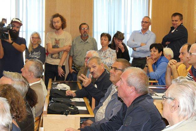 Zasedací místnost českobudějovického zastupitelstva zaplnili občané, kteří přišli na debatu o parkování. Týkala se rozšíření placených zón k řece Vltavě.