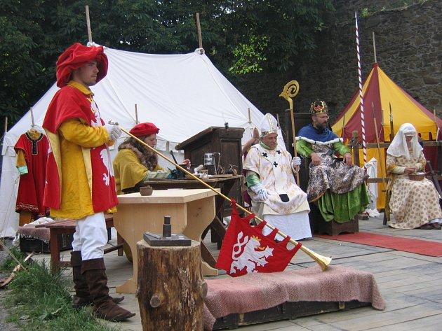 Snímek z didaktickodivadelního představení o státníkovi, rytíři, intrikánovi, manželovi, synovi, otci, mystikovi , spisovateli i sběrateli Karlu IV.