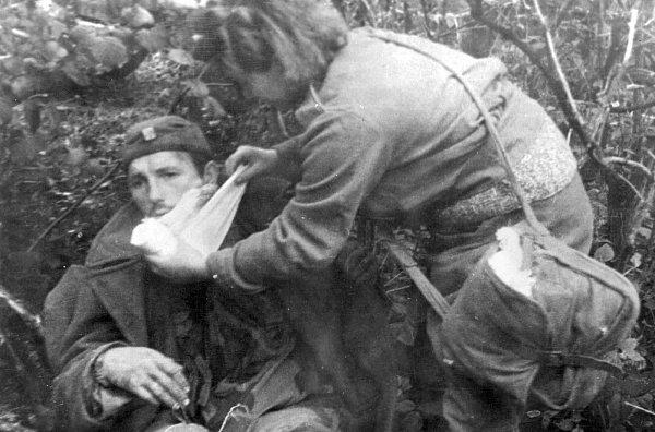 Dalibor Vácha připomíná vrománu Hranice 1.československý armádní sbor, který pod vedením generála Ludvíka Svobody překročil 6.října 1944Dukelský průsmyk a vstoupil na čs. území. Na snímku zbojů uDuklu je první pomoc zraněnému.
