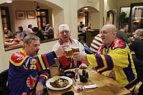 Po vyhraném zápase s Třebíčí slavili fanoušci českobudějovického Motoru i v Masných krámech. Zleva Quark, Korči a Rak, jak si přezdívají.