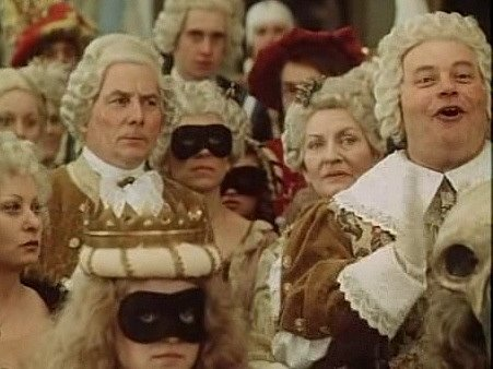 Záběr z pohádky Čarovné dědictví. Na snímku jsou zachyceni odleva operní pěvec Stanislav Stolbenko, vedle vykukuje Dagmar Neumannová a tleská Petr Šporcl.