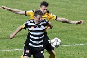 Richarda Kaloda v zápase Dynama se Sokolovem (1:1) atakuje hostující Adam Čihák.