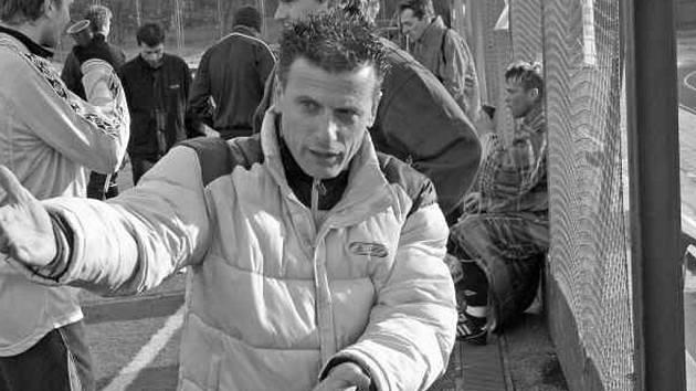 Roman Švec u lavičky uděluje pokyny fotbalistům Zlivi.