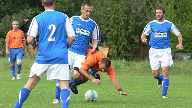 Výkony fotbalistů Dolního Bukovska (v modrých dresech při utkání na Vltavě) mají po nepříliš vydařeném vstupu do sezony vzestupný trend.