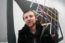 Malíř David Hanvald vystavuje v českobudějovickém Domě umění. Třicetiletý autor vytváří parafráze různých architektonických modelů i fotografií.