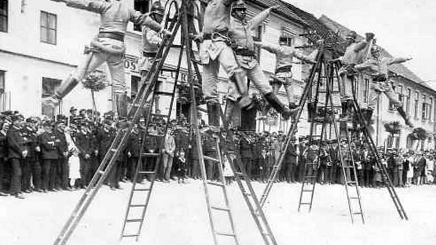 Ledeničtí hasiči v 20. letech ukazovali svůj um spoluobčanům na náměstí v Ledenicích.