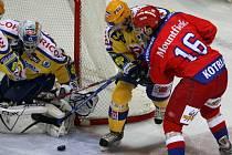 Třikrát za sebou vyhráli českobudějovičtí hokejisté a to je katapultovalo na druhou příčku extraligové tabulky. Na snímku válčí Jindřich Kotrla před brankou Zlína.