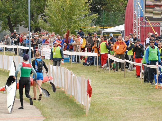 Diváckou návštěvu poznamenalo na MS v Týně nad Vltavou chladnější počasí. Přesto se při důležitých závodech fanoušci sešli na březích v hojném počtu, sympaticky povzbuzovali všechny maratonce, nejvíc byli slyšet při medailových  závodech českých kanoistů.