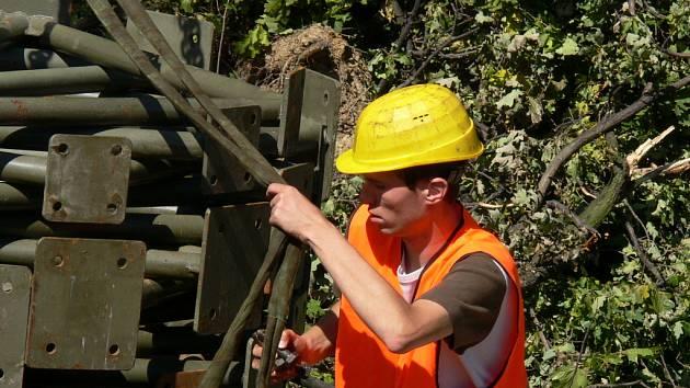 Také v pátek dělníci ze společnosti Metrostav připravovali díly na stavbu provizorního mostu přes železniční trať v Českých Budějovicích ve čtvrti Mladé.
