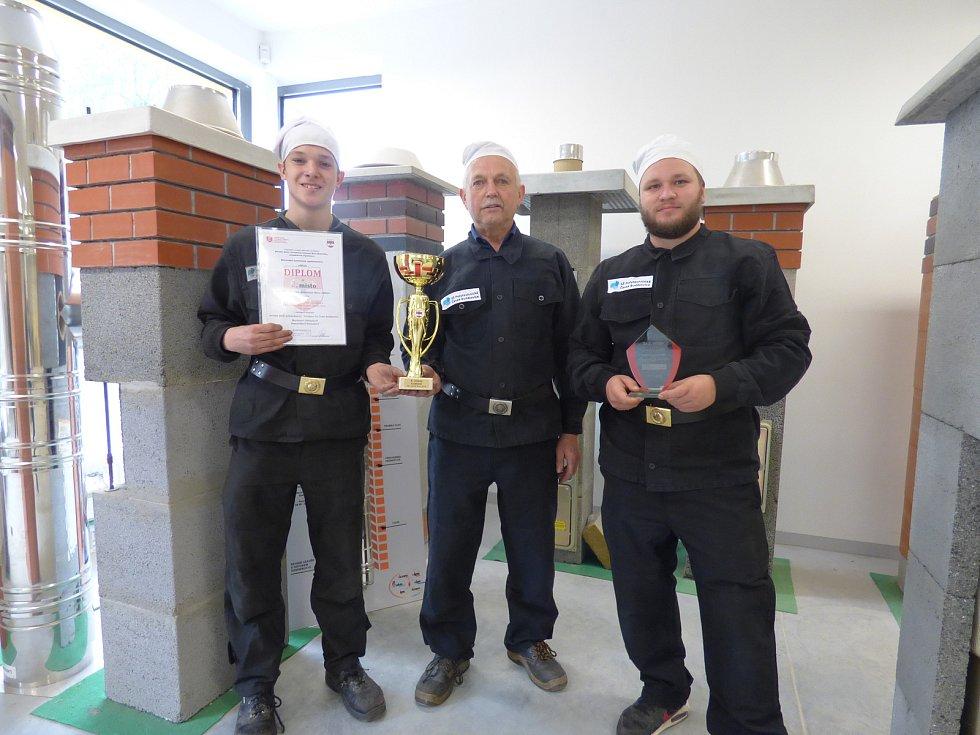 Pohár pro mistry republiky a druhé v Evropě získali v Brně zleva Dominik Nowak, učitel Alois Pavlík a Martin Oblouk.