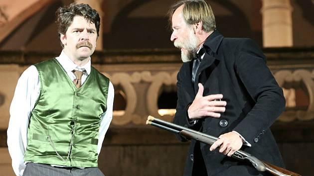 Jihočeské divadlo zahájilo sezonu před otáčivým hledištěm. První premiérou je detektivní komedie Pes baskervillský, Sherlocka Holmese hraje Karel Roden. Na snímku s ním Viktor Limr jako Watson.