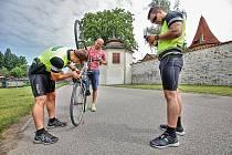 Policisté kontrolovali vhodnou vybavenost kol i cyklistů. Zároveň si zapisovali výrobní čísla a jejich specifické znaky pro případ krádeže.