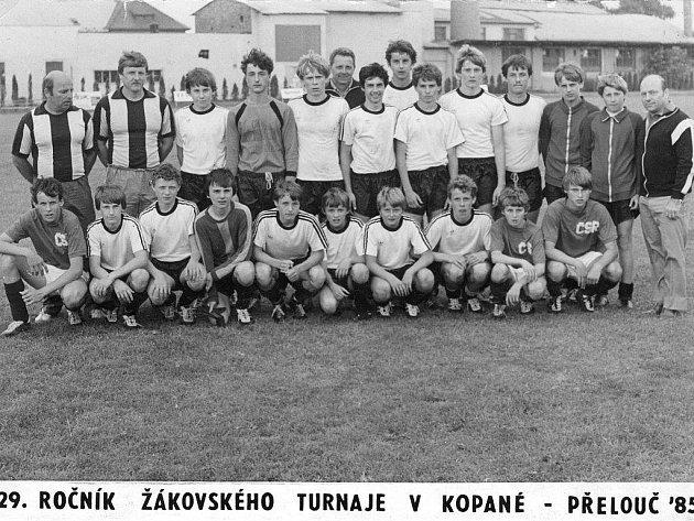 Fotbaloví žáci po svém triumfu v Přelouči v roce 1985 (nahoře vpravo tehdejší šéf mládeže v Dynamu Zdeněk Plachý),