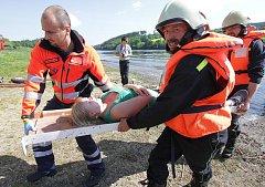 K požáru a následnému výbuchu výletní lodi došlo ve středu ráno na Hněvkovické přehradě. O život šlo deseti cestujícím, čtyři z nich skončili ve vodě a topili se. Během dvaceti minut dorazila na místo první jednotka hasičů a začala s evakuací zraněných.