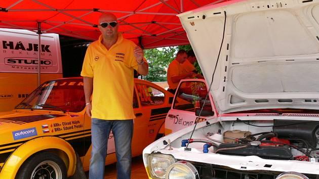 """Majitel závodní stáje Ctirad Hájek se svými dvěma """"miláčky"""", vozy Opel Kadet GT Coupé z roku 1976. Oba vozy se také zúčastnili uplynulé Rallye Český Krumlov. Snímek je z českobudějovické servisní zóny na výstavišti."""