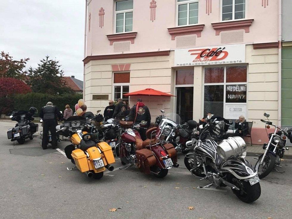 Městys Ševětín. Kavárna na náměstí.