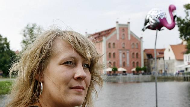 PROVOKUJÍ A JITŘÍ. V centru Českých Budějovic vytrhává chodce z každodennosti sedm soch monumentláních rozměrů. Čtyři jsou na náměstí, tři v řece Malši (na snímku autorka Zuzana Beránková se sochou Plameňák).