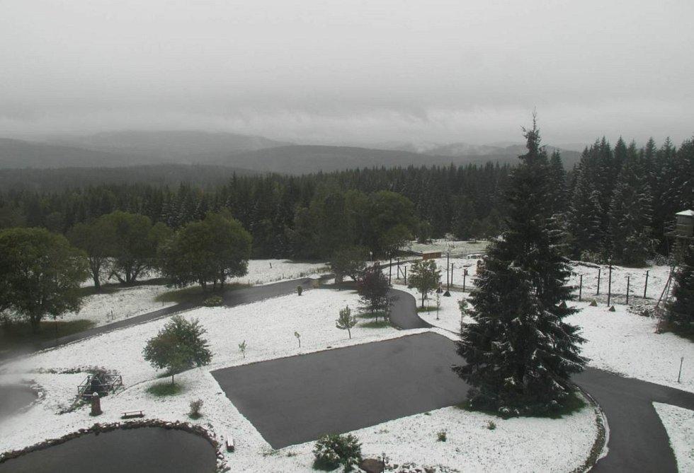 Šumavské vrcholy zbělely prvním sněhem této sezóny. Na snímku pohled od hotelu Bučina.