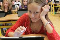 Moderní tablety používají při výuce žáci ZŠ Pohůrecká v Českých Budějovicích. Na snímku Natálie Kuklová.