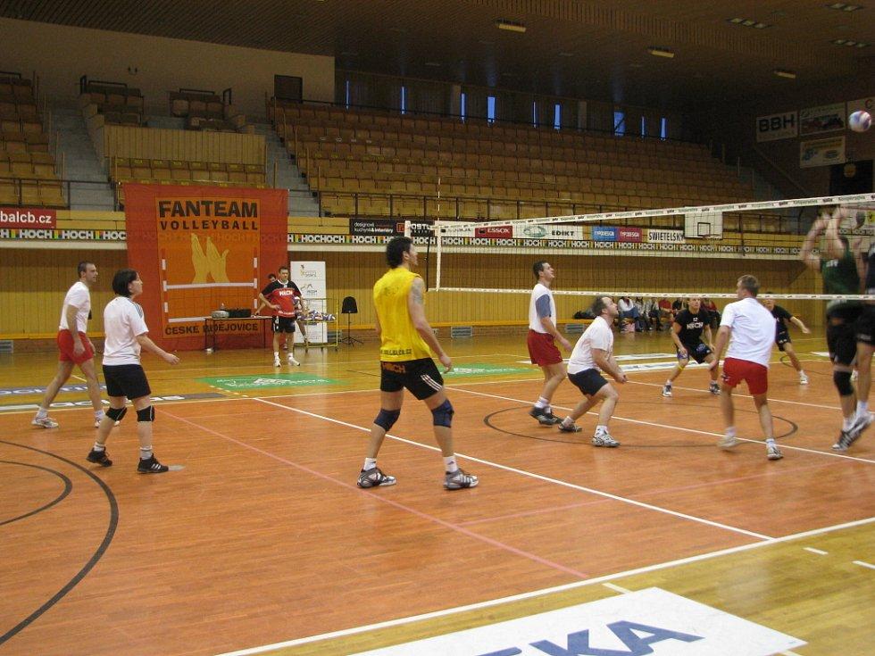 Skupinka volejbalistů z Křemže odehrála s kombinovaným týmem Jihostroje vyrovnané utkání.  Pomáhal  jim  Bonini.