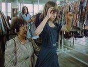 Učitelka vezme dívku do cukrárny na zmrzlinu a pak jdou zkoušet šaty. Snímek je z obchodního domu na Alšově náměstí.