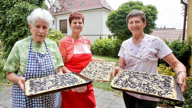 Dámy z borovanského Klubu tradic letos napečou 80 plechů borůvkového koláče, ale i natahovačky, lívance i slané pečivo. Začaly ve čtvrtek. Na snímku zleva: Miluška Benháková, Drahomíra Pokorná, Zdeňka Břečková.