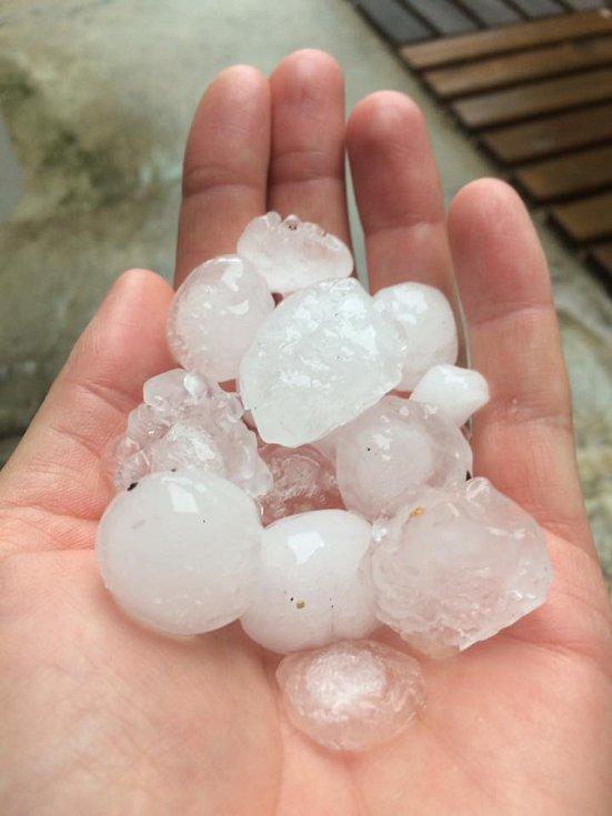 Část Jihočeského kraje, zejména Českobudějovicko, zasáhly v neděli odpoledne intenzivní bouřky doprovázené silným deštěm a krupobitím. Snímek je ze Suchého Vrbného.
