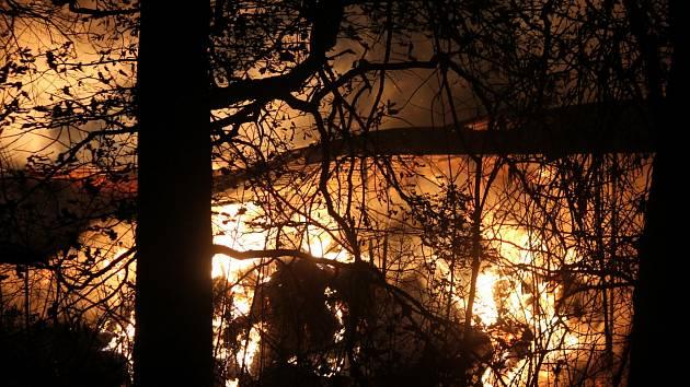 Plameny zachvátily v pondělí k večeru samostatně stojící sklad v čejkovickém zemědělském družstvu.