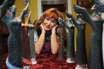 Herečka Daniela Bambasová, která působí od roku 1982 v Jihočeském divadle, slaví 11. 11. 2014 šedesáté narozeniny. Ma snímku se svýmmi anděly, jak říká cenám Jihočeská Thálie, jichž má doma devět.