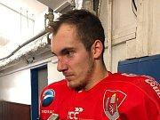 Pavel Novák slaví gól do sítě Hynka Kůdely.