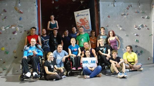 PLAVCI. Handicapovaní zakončili školní rok na horolezecké stěně v restauraci Vatikán.