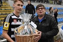 Nejlepším hráčem Dynama v derby byl vyhlášen Pavel Novák. Dárkový koš mu předal náměstek jihočeské hejtmanky Pavel Hroch.