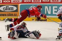 Hokejisté HC Mountfield v pátek hostí od 17.30 Ústí nad Labem. Na snímku z utkání s Pardubicemi plachtí Kamil Brabenec přes brankáře Lašáka.