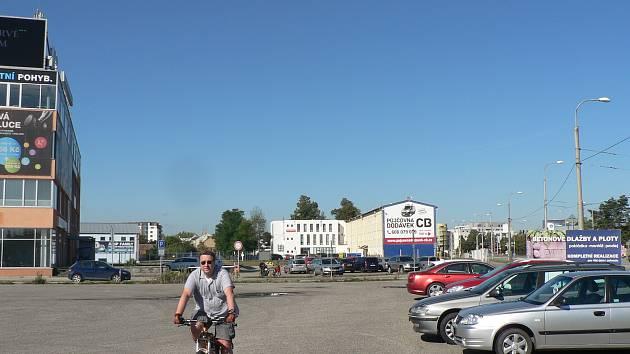 U Husovy třídy v Českých Budějovicích na místě bývalé prodejny automobilů se chystá stavba hotelu.