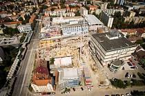 Letecký snímek dokazuje, že výstavba nové části IGY Centra pokračuje rychlým tempem.