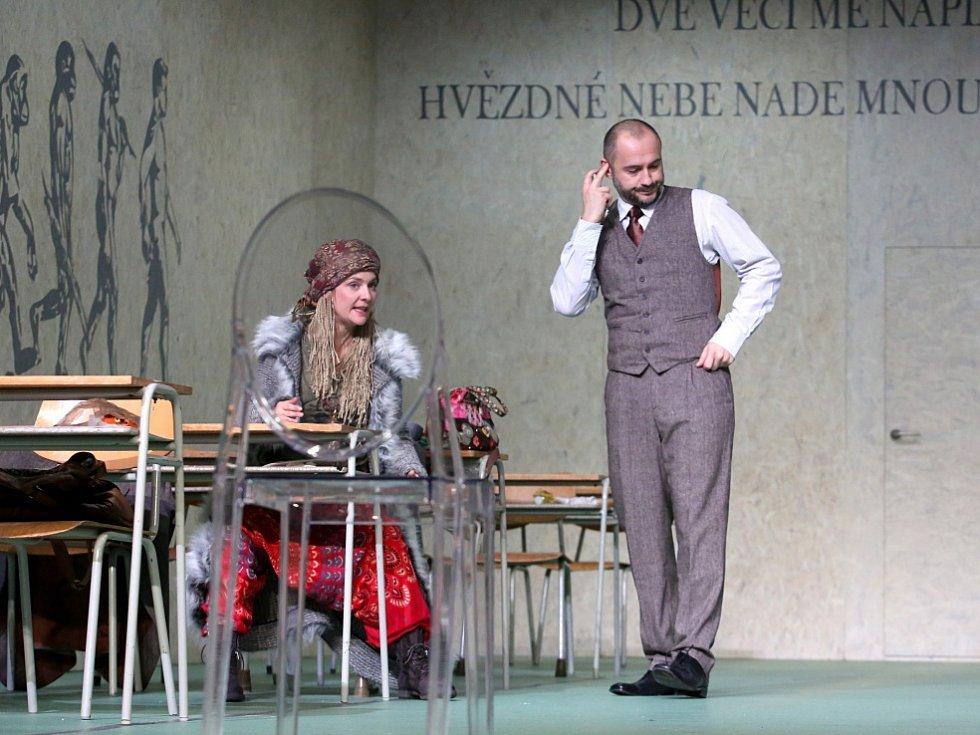 Boj rodičů s třídní učitelkou zachycuje hořká komedie Úča musí pryč!, kterou nově uvádí Jihočeské divadlo. Na snímku Jan Kaštovský a Dana Verzichová.