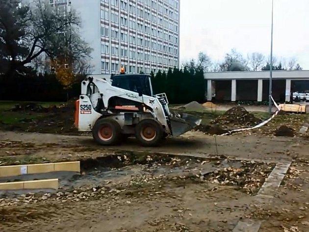 Práce v kampusu Jihočeské univerzity v Českých Budějovicích.