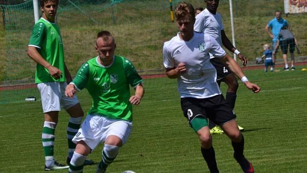 Tomáš Tauber (vlevo) dal v divizi Č. Krumlov - Jankov (6:1) před týdnem čtyři góly (na snímku uniká Martinu Rytířovi).