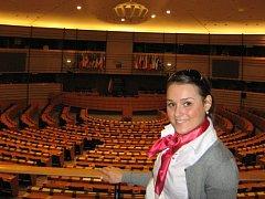 Kateřina Pospíšilová v hlavním zasedacím sále Evropského parlamentu.
