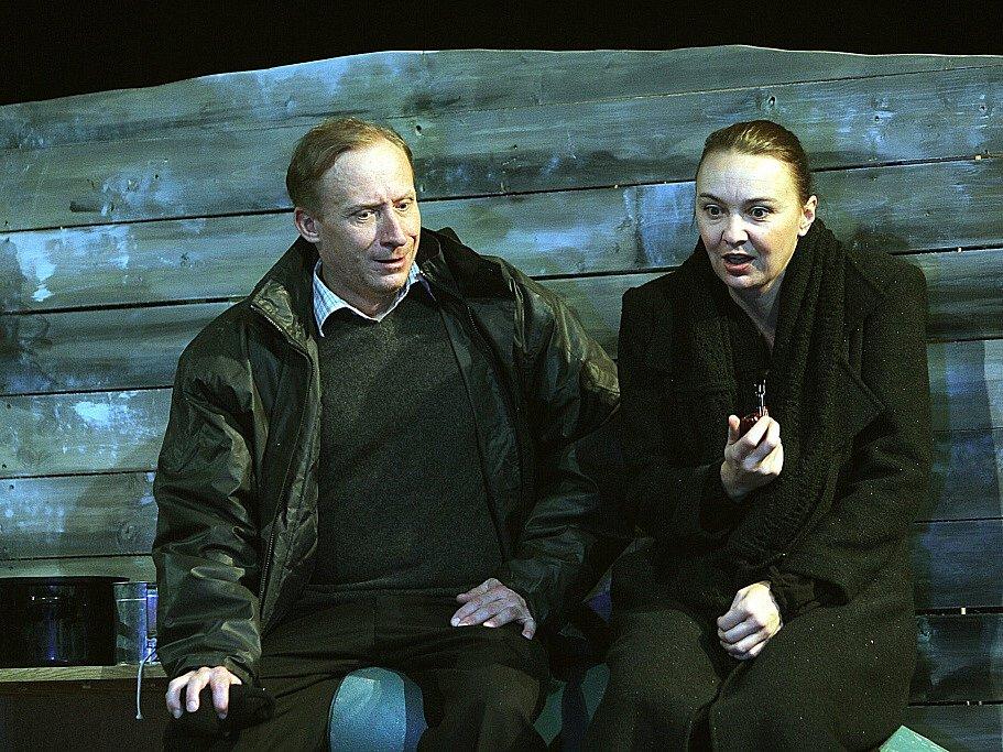 Herečka Lenka Krčková jako Rosemary v irské romantické komedii Pryč z Mullingaru. Vlevo René Šmotek. Jihočeské divadlo, 2015.