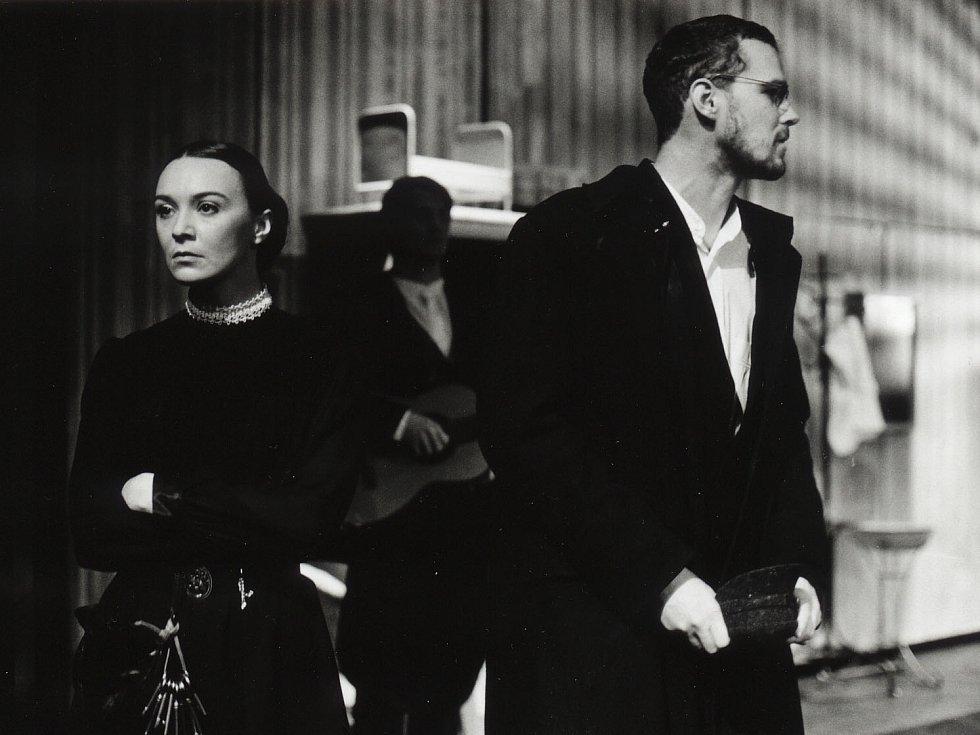 Herečka Lenka Krčková jako Varja v komedii Višňový sad, Jihočeské divadlo, 2003.
