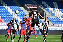 Pavel Novák střílí v Plzni hlavou vyrovnávací gól Dynama na 1:1. Jihočeši nakonec v zápase padli 1:2.